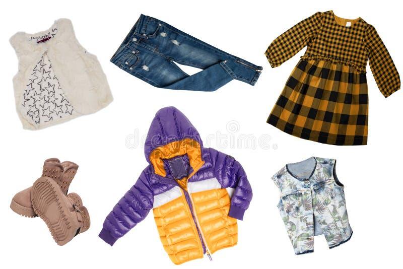Collagensatz Kleidung des kleinen Mädchens lokalisiert auf einem weißen Hintergrund Die Sammlung einer Regenjacke, Jeans, Strickj stockbilder