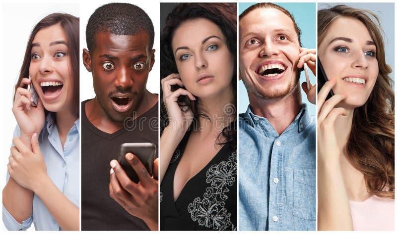 Collaget från bilder av den multietniska gruppen av lyckliga unga män och kvinnor som använder deras telefoner arkivbild