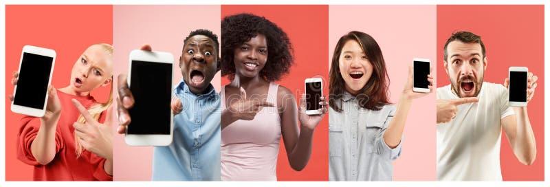 Collaget om förvånat och att le, lyckligt förvånat folk som visar den tomma skärmen av mobiltelefoner arkivbilder