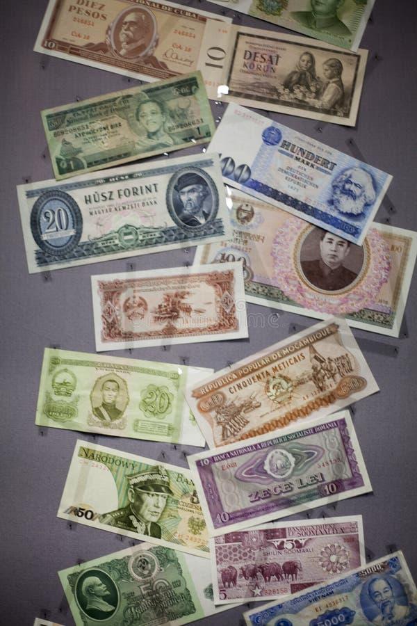 Collageuppsättning av huvudsaklig bakgrund för affär för begrepp för ordvaluta Yuan, US dollar- och eurosedel arkivbilder