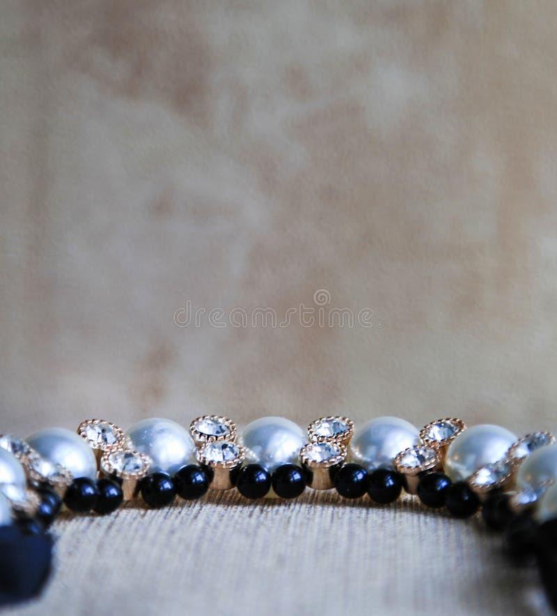 Collana con i cristalli di rocca e le perle su tela Struttura del fondo immagini stock