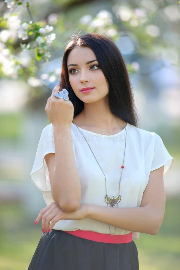 Collana del gioielliere con il grande anello sul bello MOD della donna immagine stock