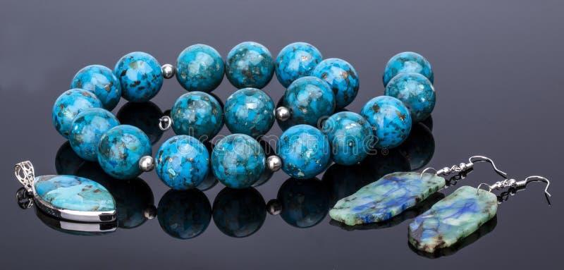 Collana della perla del turchese ed orecchini e un ebreo della pietra preziosa del pendente fotografie stock