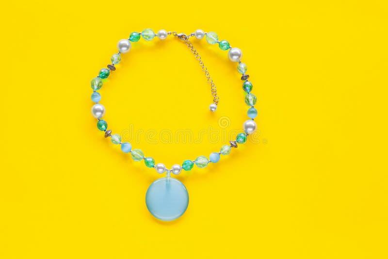 Collana della perla su colore immagini stock