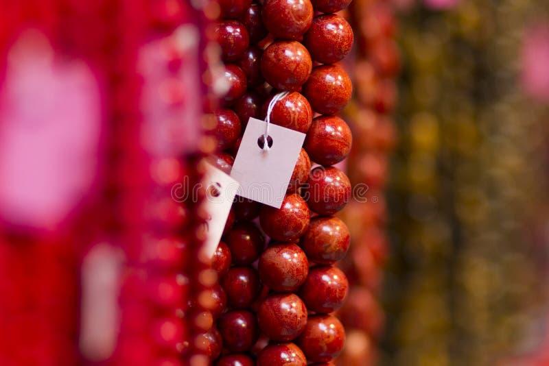 Collana delle perle rosse da vendere immagine stock libera da diritti