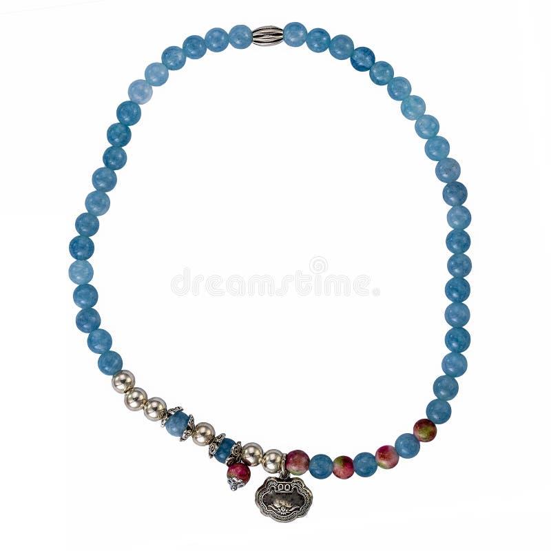 Collana di cristallo blu isolata su fondo bianco immagini stock