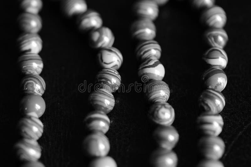 Collana di pietra delle perle della malachite su un fondo scuro Rebecca 36 fotografia stock libera da diritti