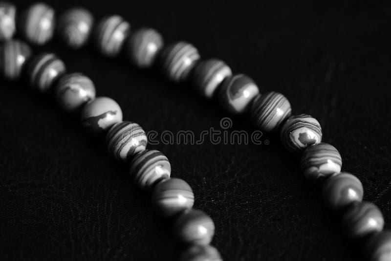 Collana di pietra delle perle della malachite su un fondo scuro Rebecca 36 immagini stock libere da diritti