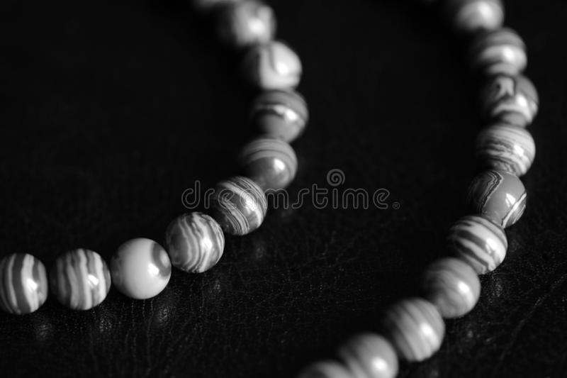 Collana di pietra delle perle della malachite su un fondo scuro Rebecca 36 fotografie stock libere da diritti