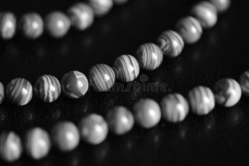 Collana di pietra delle perle della malachite su un fondo scuro Rebecca 36 fotografia stock