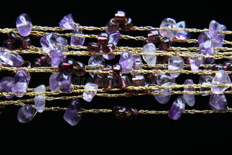 Collana dorata con le pietre amethyst immagini stock libere da diritti