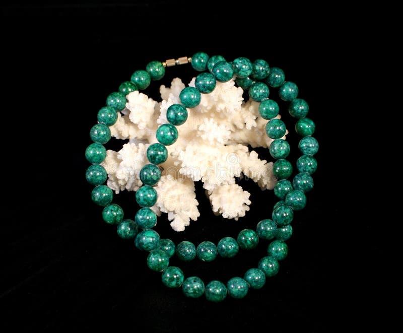 Collana e corallo della malachite fotografia stock libera da diritti