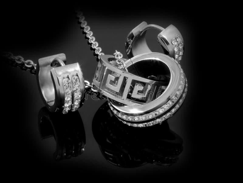 - Collana ed orecchini - acciaio inossidabile e zirconi messi gioielli fotografia stock