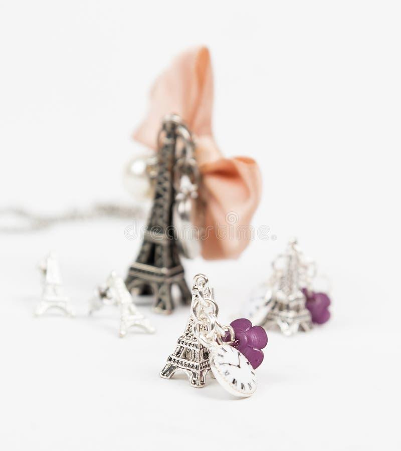 Collana ed orecchino con forma di Eiffel fotografia stock libera da diritti