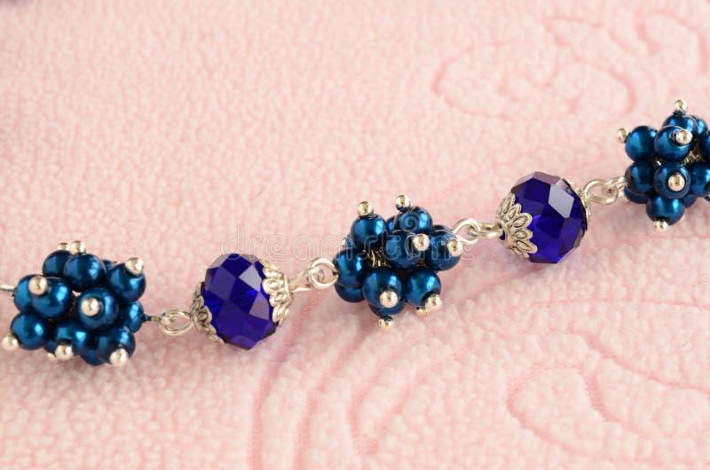 Collana fatta a mano dalle perle con la catena dell'argento Vista del primo piano immagine stock libera da diritti