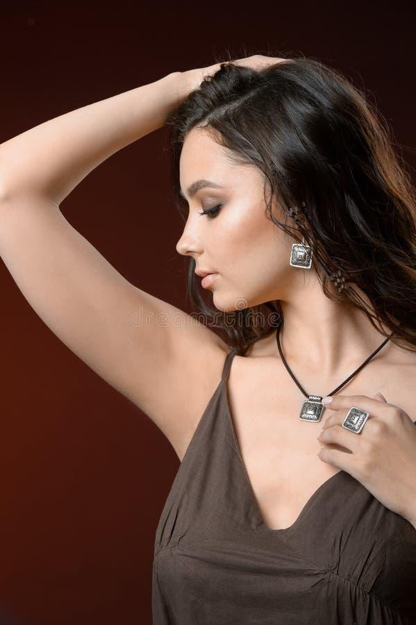 Collana lussuosa alla moda dell'anello dei gioielli di signora del ritratto di stile di Vogue di alta moda della donna della raga fotografia stock libera da diritti