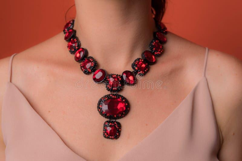 Collana per le donne con le grandi pietre rosse immagine stock