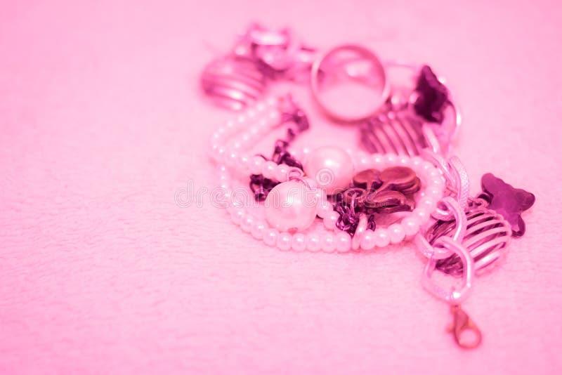 Collana rosa della perla su raso bianco come fondo fotografia stock libera da diritti