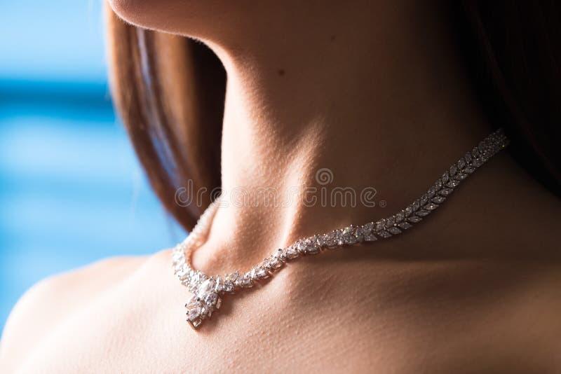 Collana sul collo rubino e smeraldo fotografie stock libere da diritti