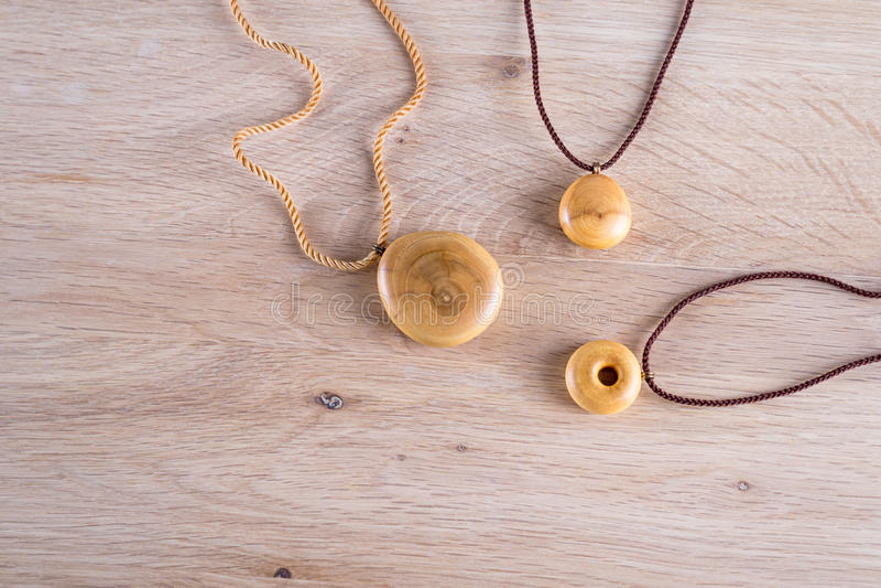 Collane fatte di legno su fondo di legno fotografia stock libera da diritti