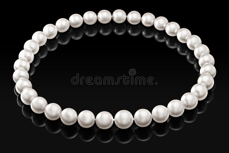 Collar blanco de lujo de la perla en un fondo negro con la reflexión brillante fotos de archivo libres de regalías