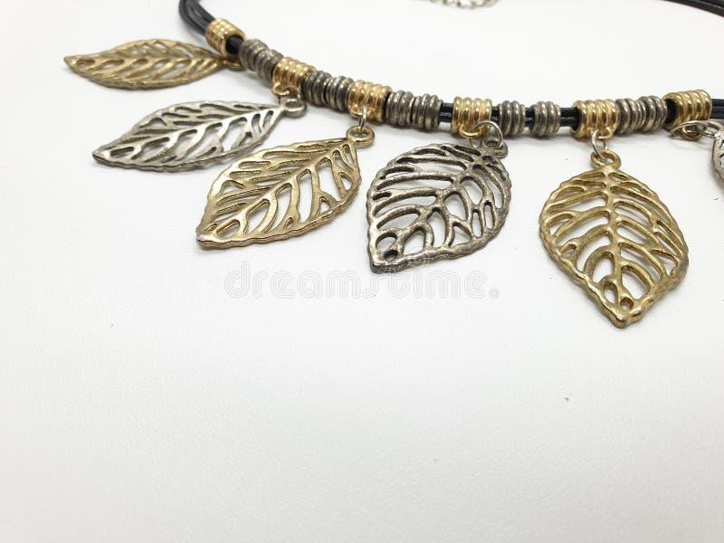 Collar clásico de la mujer del vintage retro étnico del oro de aluminio de acero inoxidable y color plata en el fondo blanco 12 imagen de archivo libre de regalías