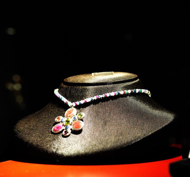 Collar con las gemas coloridas, piedras preciosas, pedazo hecho a mano de la joyería fotografía de archivo libre de regalías