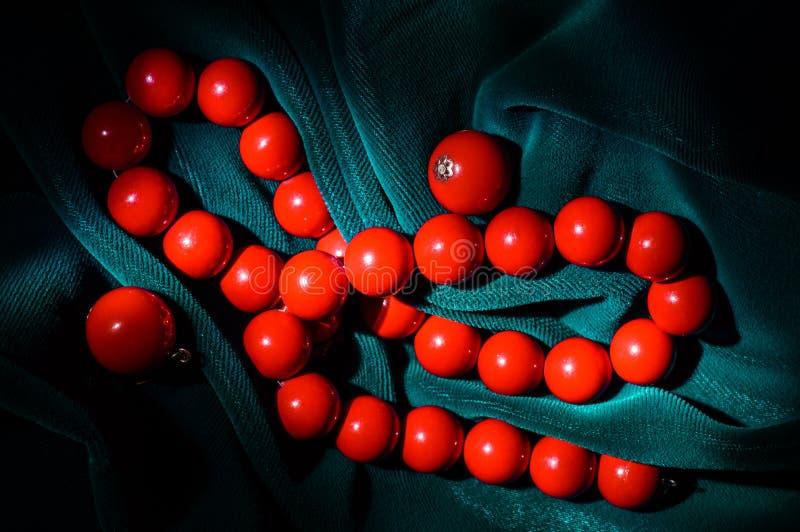 Collar coralino rojo y pendientes fotos de archivo