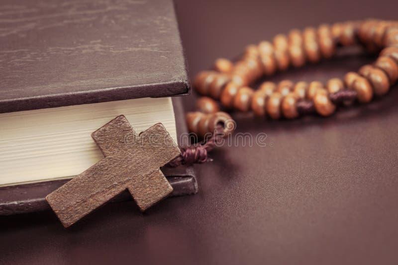 Collar cruzado cristiano en el libro de la Sagrada Biblia, religión de Jesús concentrada fotografía de archivo