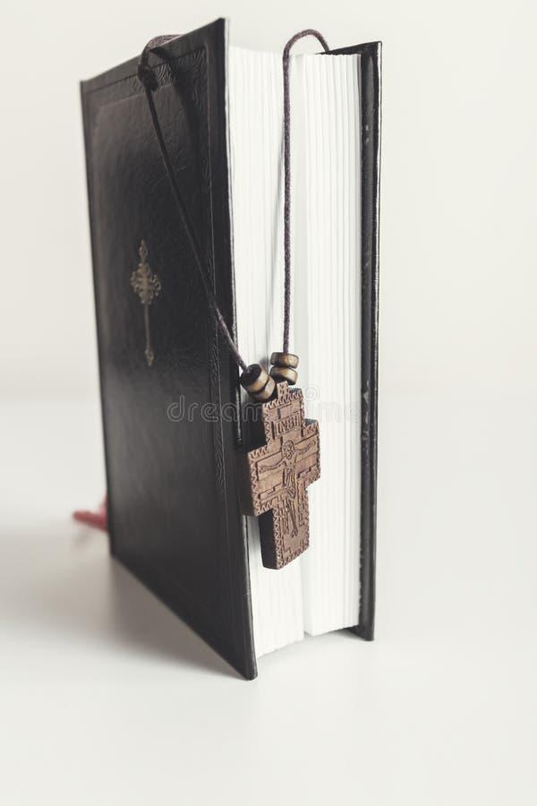 Collar cruzado cristiano en la Sagrada Biblia fotos de archivo libres de regalías