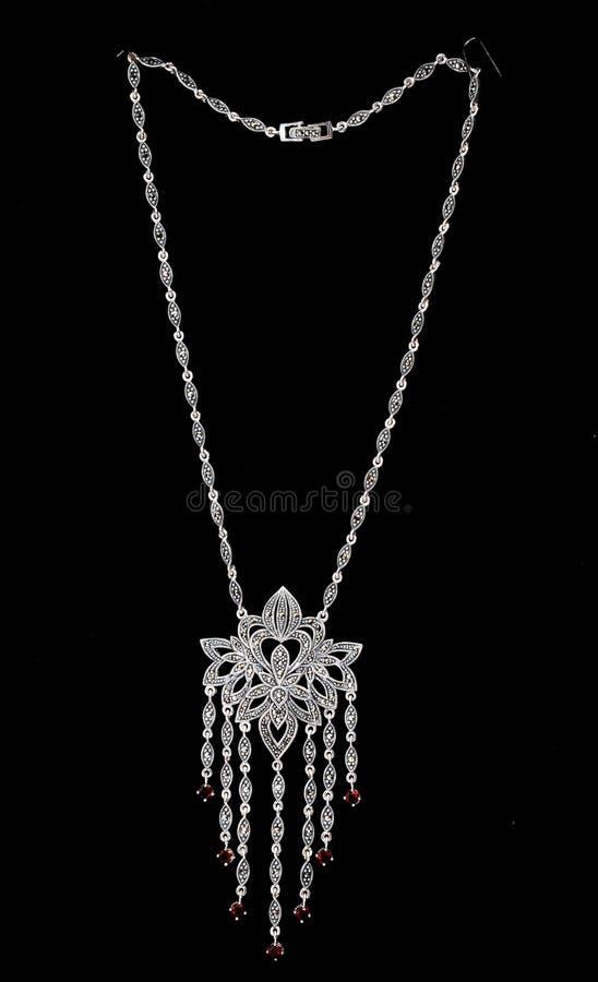Collar de diamantes en negro foto de archivo