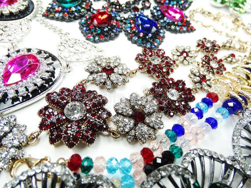 Collar de la joyería con el fondo brillante de la moda de los cristales imagen de archivo libre de regalías