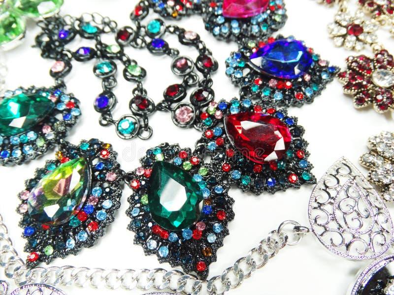 Collar de la joyería con el fondo brillante de la moda de los cristales fotos de archivo