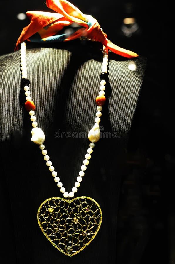 Collar de la perla con el corazón de oro y las piedras preciosas coloridas, pedazo del Tracery de la joyería fotografía de archivo
