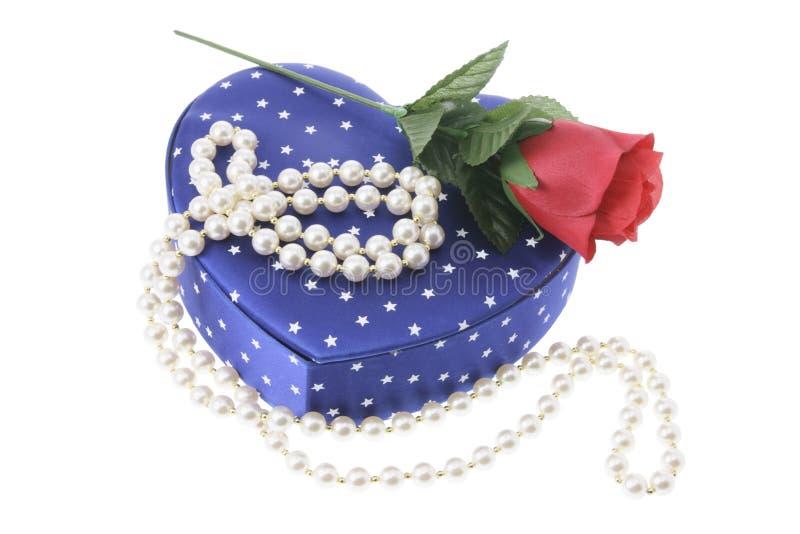 Collar de la perla en el rectángulo de regalo imagenes de archivo