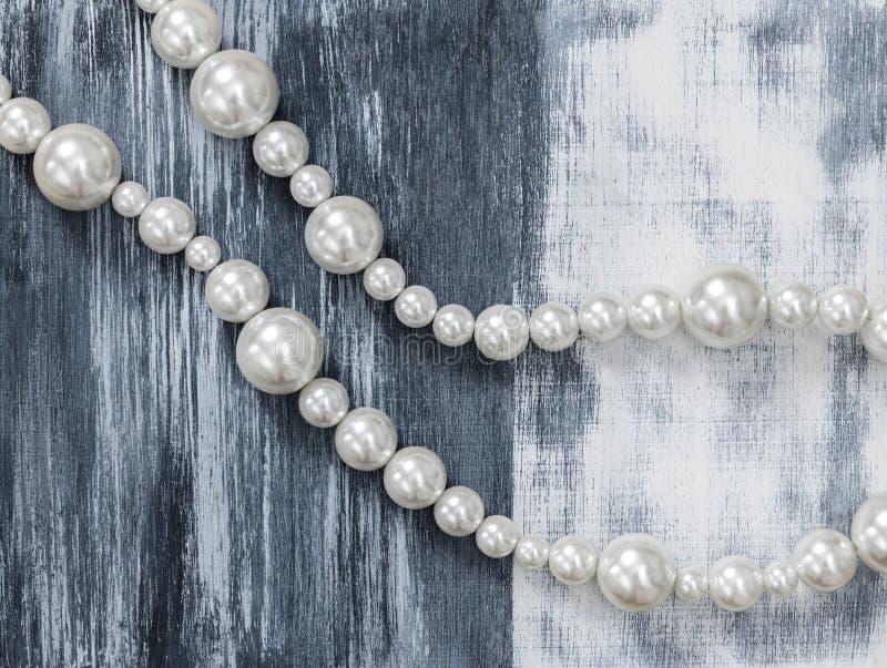 Collar de la perla en fondo artístico gris foto de archivo libre de regalías