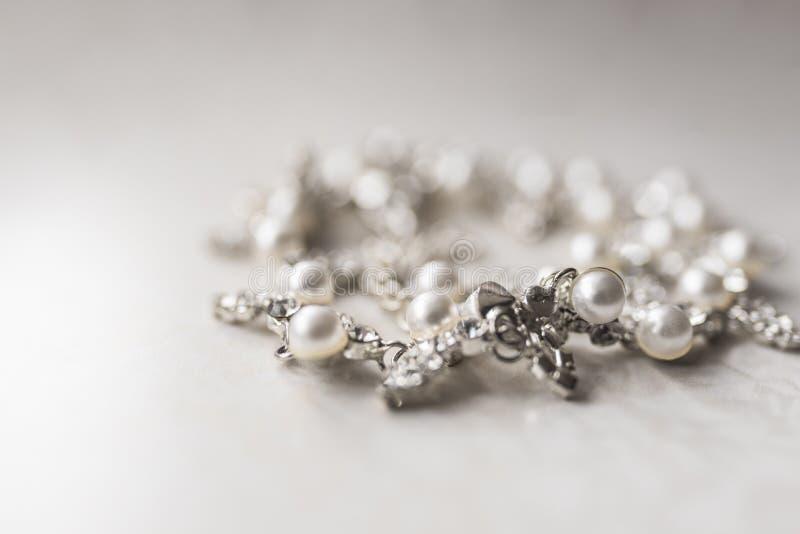 Collar de plata de la perla en un fondo blanco imagen de archivo