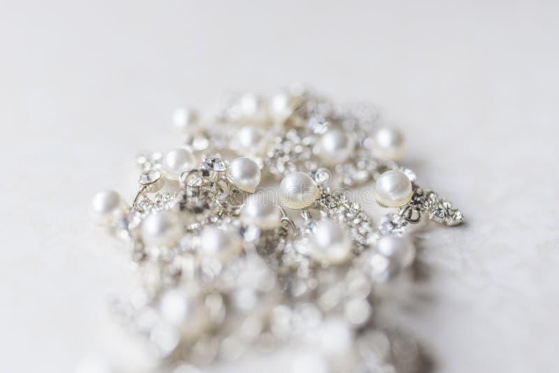 Collar de plata de la perla en un fondo blanco imágenes de archivo libres de regalías