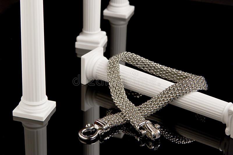 Collar de plata en columna foto de archivo libre de regalías