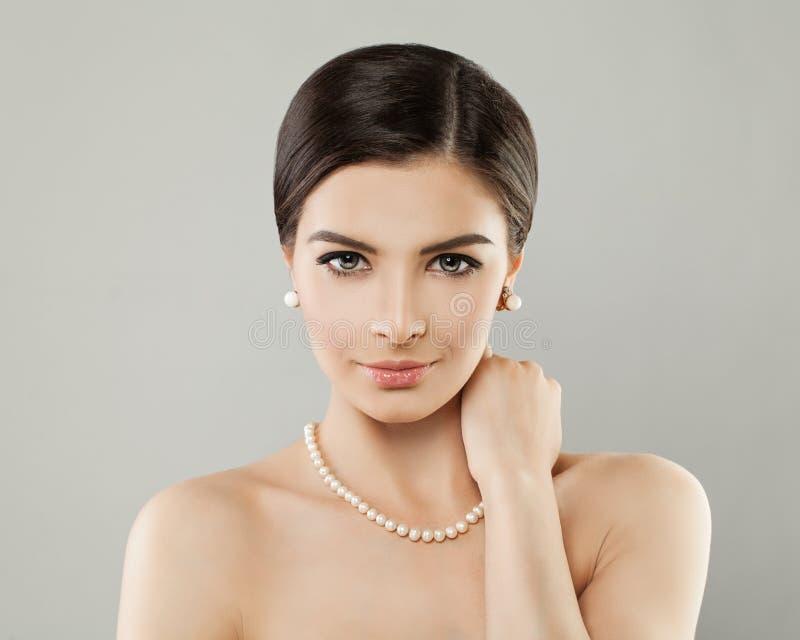 Collar elegante de las perlas de la mujer que lleva joven imagen de archivo libre de regalías