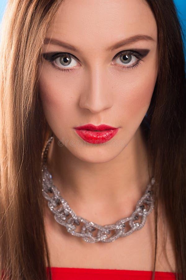 Collar en cuello femenino Muchacha que lleva a cabo las manos Labios rojos atractivos imagenes de archivo