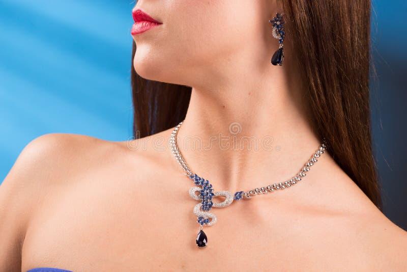 Collar en el cuello rubí y esmeralda imagen de archivo libre de regalías