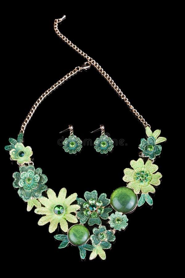 Collar femenino del metal bajo la forma de flores ilustración del vector