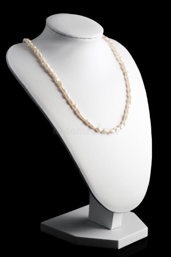 Collar hecho de perlas naturales en un soporte Accesorios de las mujeres imágenes de archivo libres de regalías