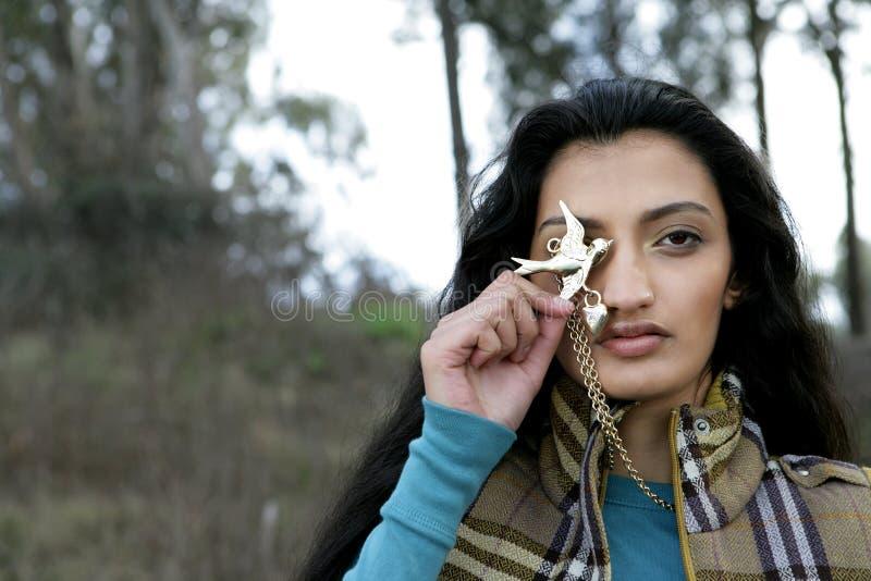 Collar indio de la explotación agrícola de la mujer imagen de archivo
