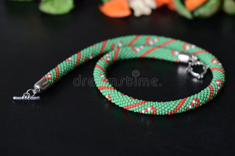 Collar moldeado verde con la impresión del bastón de caramelo foto de archivo libre de regalías
