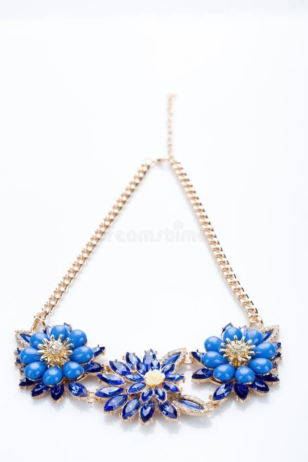 Collar plástico flor de tres azules stock de ilustración