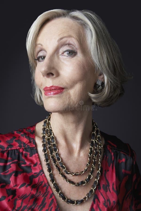 Collar que lleva de la mujer mayor rica fotos de archivo