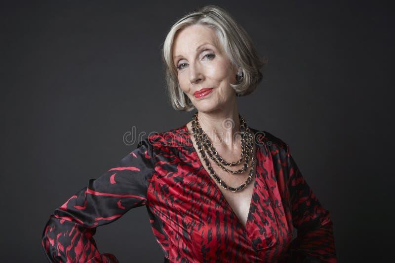 Collar que lleva de la mujer mayor rica imagenes de archivo