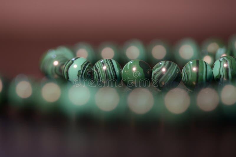 Collar verde de gotas de la malaquita fotografía de archivo libre de regalías